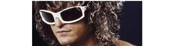 ... à qui il a dédié une chanson, Pascal Obispo est reparti d une vente aux  enchères avec une de ses paires de lunettes les plus emblématiques. 780fc8ddf0b5